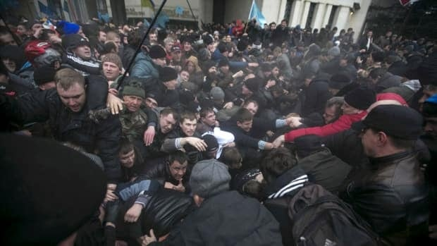 Rival Crimea protests turn deadly