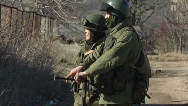 Ukrainian servicemen face unidentified troops