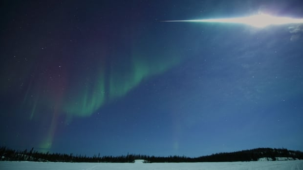 http://i.cbc.ca/1.2563637.1394201837!/fileImage/httpImage/image.jpg_gen/derivatives/16x9_620/fireball-over-yellowknife.jpg