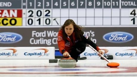 Rachel Homan keeps rolling at women's curling worlds