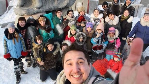Ikkidluak Temela posted this pro-seal hunt #sealfie on Twitter, in response to Ellen DeGeneres' Oscar selfie, which delivered a large donation to an American group that opposes the seal hunt.