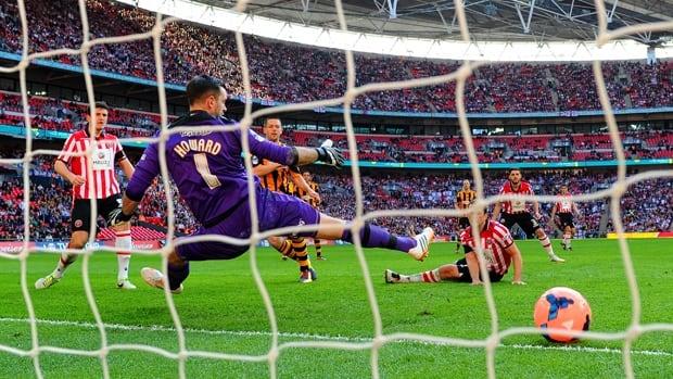 Matthew Fryatt of Hull City scores on keeper Mark Howard in a 5-3 victory over Sheffield United at Wembley Stadium on Sunday.