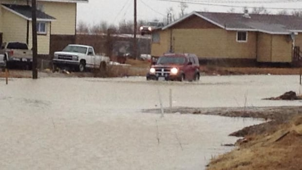 Evacuation efforts are scaling up for Kashechewan First Nation, as flooding from the Albany River worsens.
