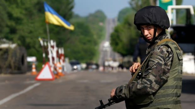 An Ukrainian army soldier mans a road-block north of the eastern Ukrainian town of Slaviansk May 13, 2014.