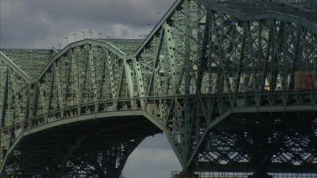 The Champlain Bridge contains an estimated 165,000 tonnes of concrete and another 13,300 tonnes of steel.