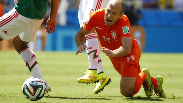 This may be the dive Arjen Robben is apologizing for. Or maybe not. Only the Dutch striker really knows for sure.