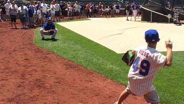 A young New York Mets fan had a dream come true Saturday when he had the chance to throw pitches to his favourite hurler, left-hander Jonathon Niese. Niese invited the youngster on the playing surface at Citi Field during batting practice after he noticed the boy was wearing a Mets uniform with his No. 49.