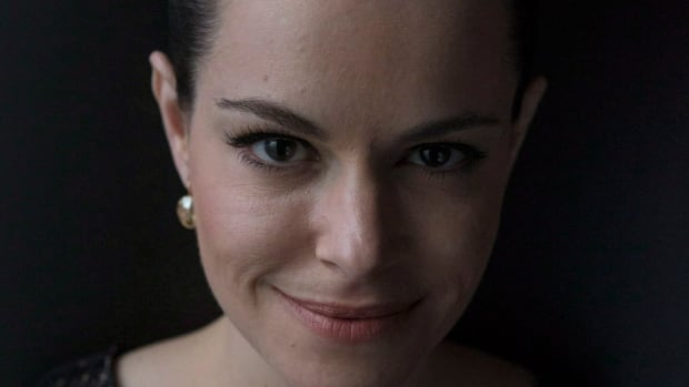 Emily Hampshire will play Jennifer Goines, a female version of Brad Pitt's role, in the TV version of 12 Monkeys.