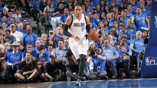 A person familiar with the negotiations says veteran free agent forward Shawn Marion has agreed to a contract with the Cavaliers.