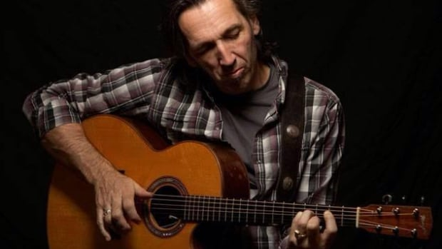 Manzer Guitars posted this picture of Stephen Fearing with his Linda Manzer guitar on Twitter.