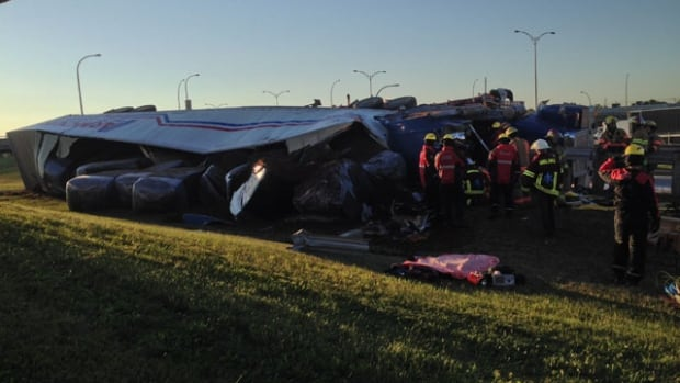 Truck tipped over Cote-Vertu Boulevard