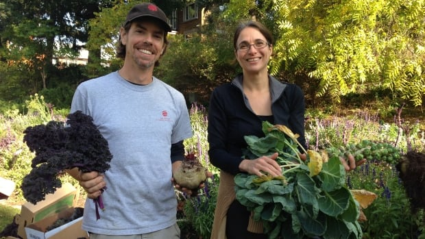 Jason Gray of the Ottawa Food Bank (left) and Nathalie McSween of Moisson Outaouais show some of the produce harvested from Confederation Park.