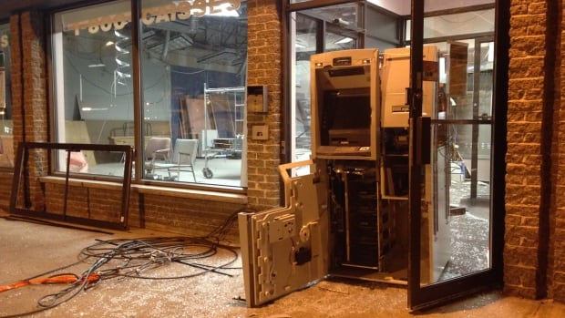 Atm damaged in pointe aux trembles robbery attempt for Caisse de jardin