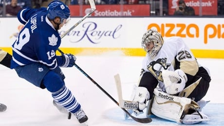 Leafs Joffrey Lupul changes tire for 80-year-old man
