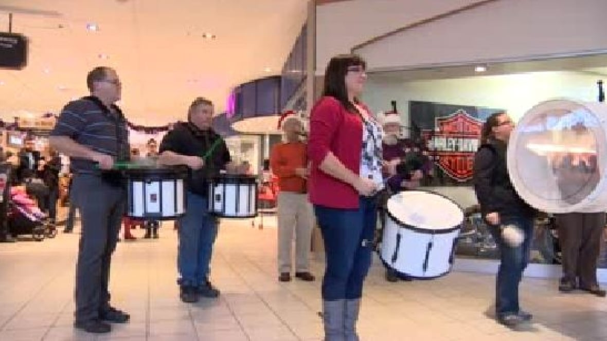 Flash mob brings pipes and drums to shoppers in Saskatoon ...