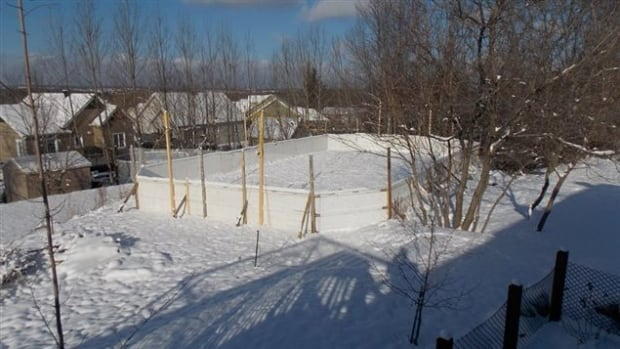 Backyard hockey rink dismantled after complaint from for Patinoir exterieur montreal