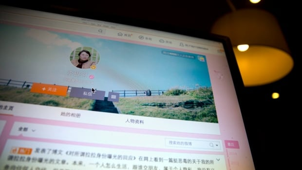 A blog by China's top sexologist, Li Yinhe, revealing that she has been living with a transgender man for 17 years was read more than 200,000 times within 24 hours.