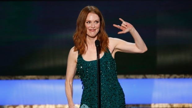 Julianne Moore accepted the award for outstanding performance by an actress at the SAGS, but she refused to participate in E! News' mani cam.
