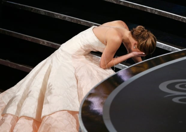 on stage falls OSCARS 2013 Actress Jennifer Lawrence Silver Linings Playbook