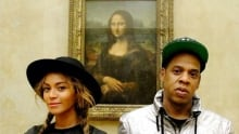 Selfies popular in museums, but some see them as trouble
