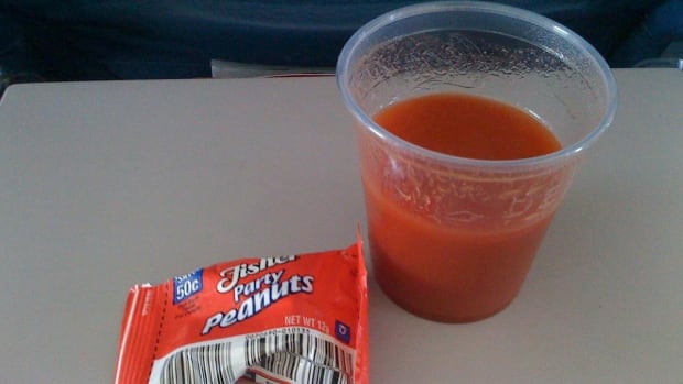 Scientists have studied why so many airline passengers like to sip tomato juice in the air.