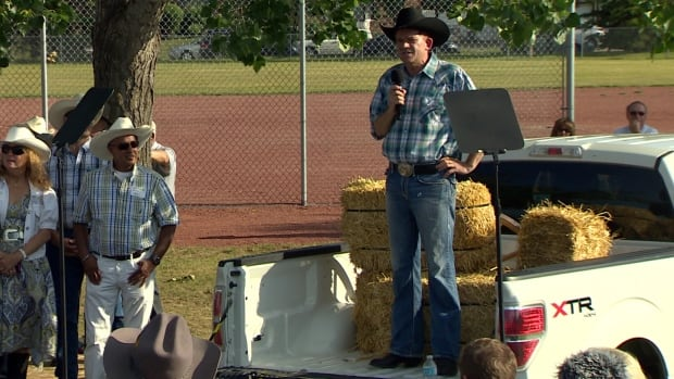 Wildrose Leader Brian Jean addressed about 100 party supporters at a barbecue on Thursday night.