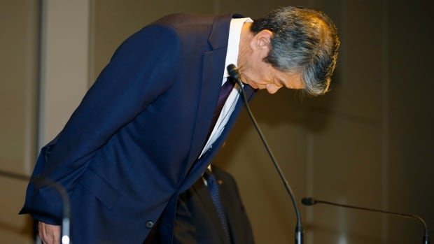 Toshiba Corp. CEO Hisao Tanaka bows during a press conference to announce his resignation at the company's headquarters in Tokyo on Tuesday. He stepped down to take responsibility for doctored books that inflated profits at the Japanese technology manufacturer.