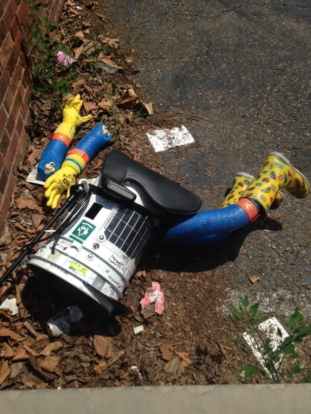 Hitchbot lies broken