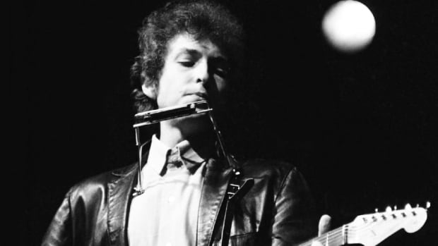 http://i.cbc.ca/1.3183719.1438978033!/fileImage/httpImage/image.JPG_gen/derivatives/16x9_620/dylan-goes-electric.JPG