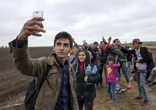Syrian refugee teen takes selfie
