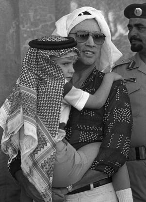 TRUDEAU HOLDING SACHA-SAUDI HEAD DRESS