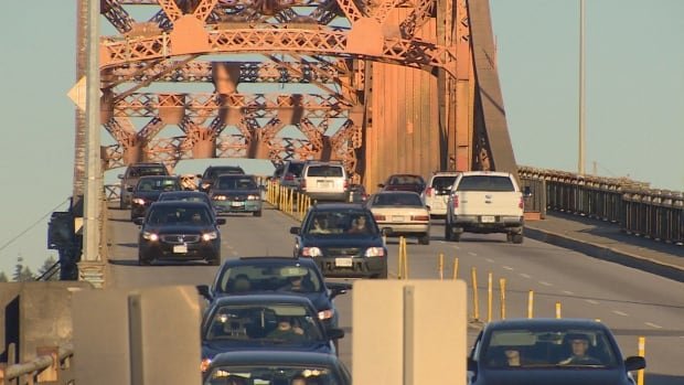 Tolls on the Port Mann Bridge are driving congestion to the nearby Pattullo Bridge, says a new report from Canada's Ecofiscal Commission.