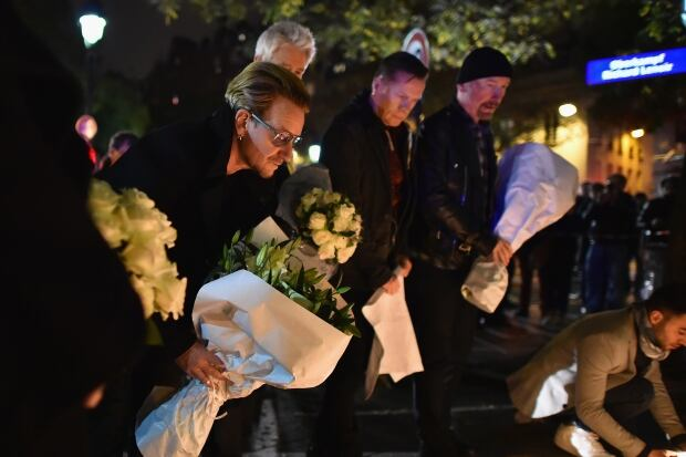 U2 lays flowers