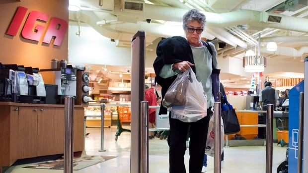 Montreal is being urged by the city's environmental committee to ban plastic bags by 2018.