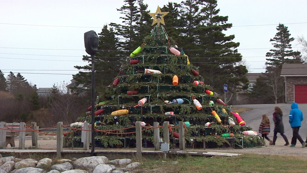Lobster trap Christmas tree on Cape Sable Island - Nova Scotia - CBC News