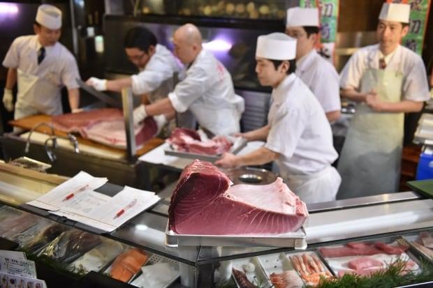 Tsukiji fish market New Years auction 1st tuna Jan 5 2016