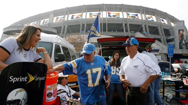A committee of National Football League owners has recommended a proposal for a stadium in the Los Angeles suburb of Carson, which is backed by the San Diego Chargers and the Oakland Raiders.
