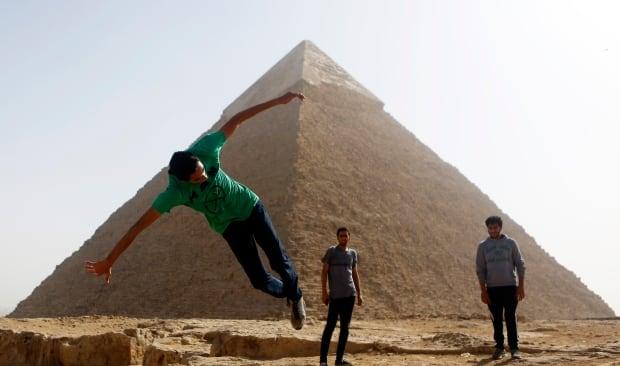 Parkour EGYPT-EGY PK traceurs practice by Giza pyramids Dec 2014