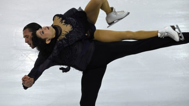 European pairs figure skating champions Kavaguti and Smirnov will miss the Euros and the world championships after Kavaguti torn a tendon in her leg.