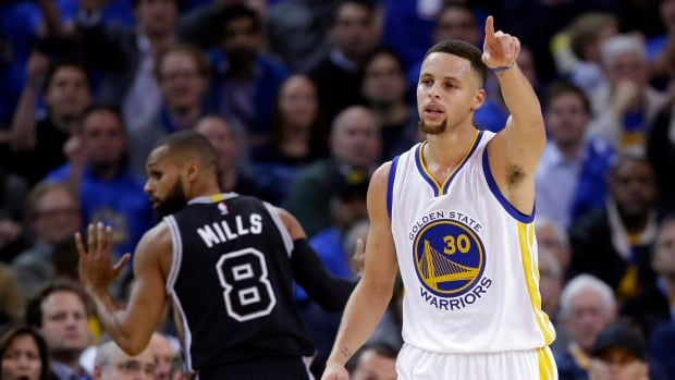 Stephen Curry and the Golden State Warriors blew out the visiting San Antonio Spurs to extend their perfect streak at home to 39 games.