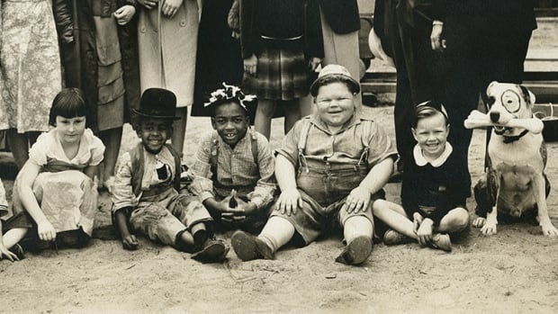 "From left to right: Mary Ann Jackson, Matthew ""Stymie"" Beard, Sonny ""Farina"" Hoskins, Norman ""Chubby"" Chaney, Bobby ""Wheezer"" Hutchins, Pete The Dog."