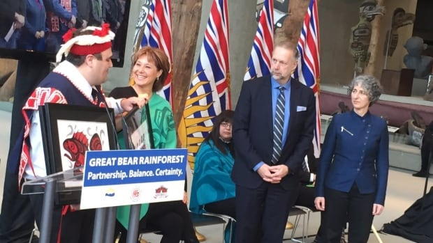Dallas Smith of the Nanwakolas Tribal Council presents B.C. Premier Christy Clark with a gift at the announcement of the Great Bear Rainforest agreement.