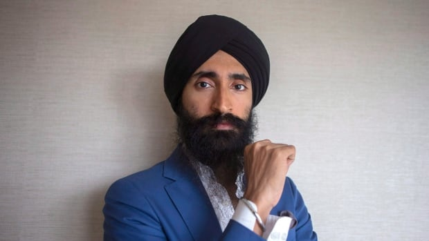 Sikh actor and designer Waris Ahluwalia says he was prevented from boarding a New York-bound flight from Mexico City because he would not remove his turban in public.