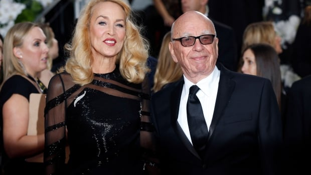 Model Jerry Hall and media magnate Rupert Murdoch arrive at the 73rd Golden Globe Awards in Beverly Hills, California January 10, 2016.  REUTERS/Mario Anzuoni - RTX21RTU