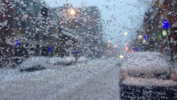 A mix of snow and rain hit Montreal early Tuesday morning, making for difficult driving conditions.