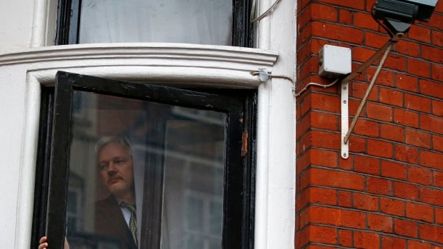 Julian assange calls life at ecuador embassy 39 a perverse for Julian balcony