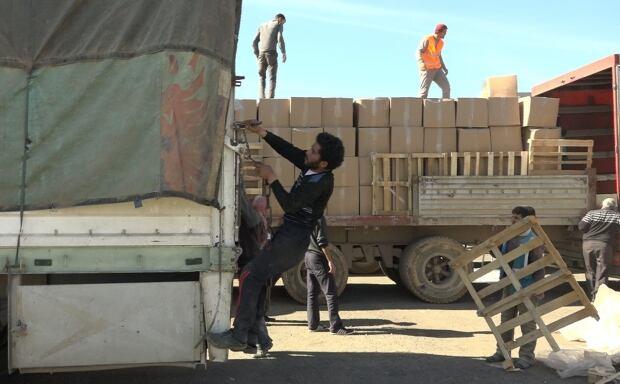 Mohamed Jimon securing load
