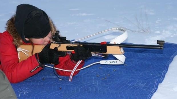Lucyann Okheena aims her rifle during a snowshoe biathlon training session in Ulukhaktok, N.W.T.