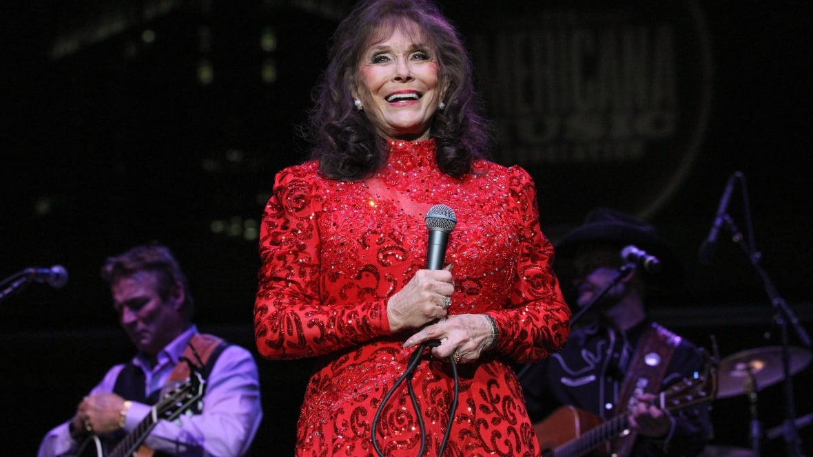 Country music star loretta lynn hurt in fall needs surgery arts