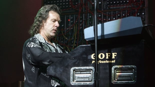 Keith Emerson performs at Universal Amphitheatre on Nov. 26, 2004 in Universal City, California.